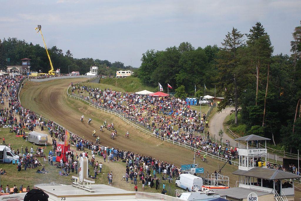 1024px-Der_Starthang_beim_Bergring-Rennen_2011